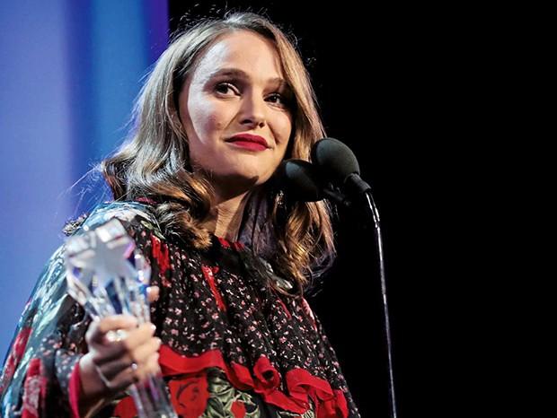 Grávida, Natalie Portman recebe o prêmio de Melhor Atriz por Jackie  (Foto:  )