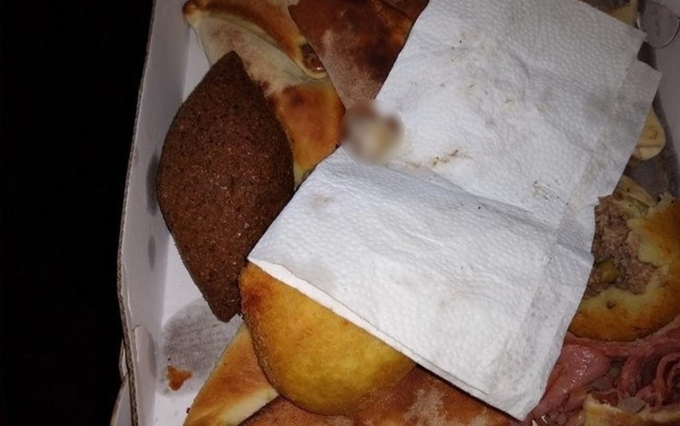 Clientes relataram que haviam solicitado a esfirra fechada por delivery e, quando foram comer, se depararam com um dedo dentro do alimento. — Foto: Reprodução/Redes sociais