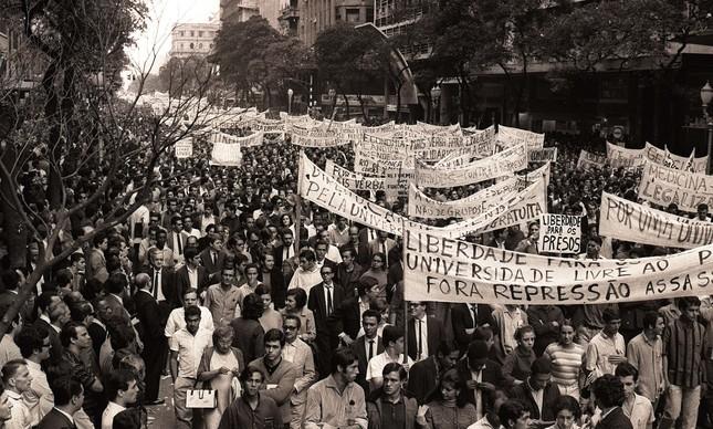 Passeata dos Cem Mil reuniu estudantes, artistas e trabalhadores contra a ditadura no Centro do Rio, em 26 de junho de 1968
