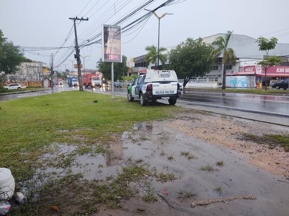 Sargento da PM é esfaqueado durante assalto a ônibus, em Manaus — Foto: Eliana Nascimento/G1 AM
