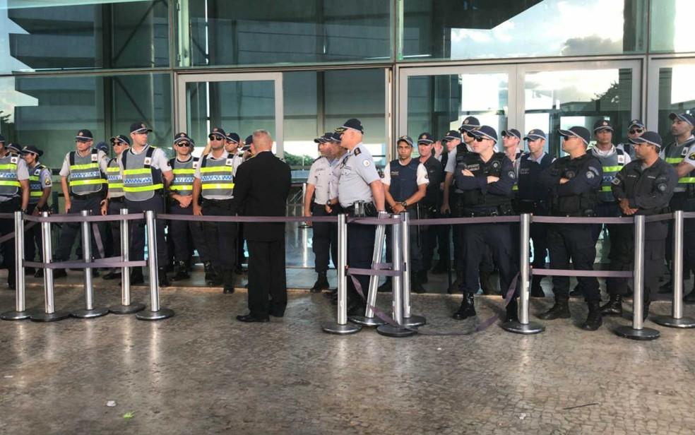 Cordão de policiais reforça segurança em frente à CLDF, em Brasília, durante sessão extraordinária — Foto: Maíra Alves/G1