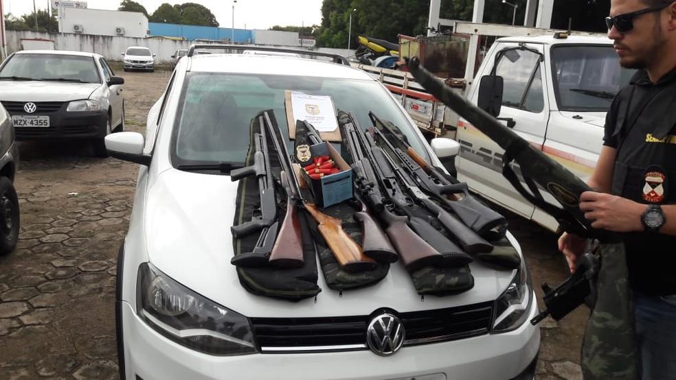 Armas apreendidas durante Operação Rúbio, em Ariquemes  — Foto: Rinaldo Moreira/ G1