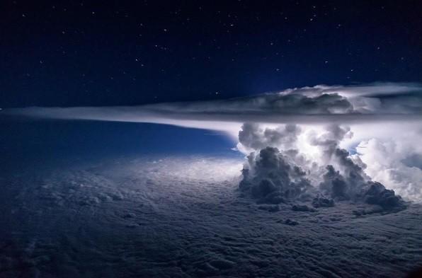 Tempestade no Atlântico registrada de cabine de avião comercial