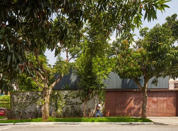 Graças aos brises metálicos, a fachada frontal da rua fica resguardada de olhares curiosos (Foto: Pedro Kok)