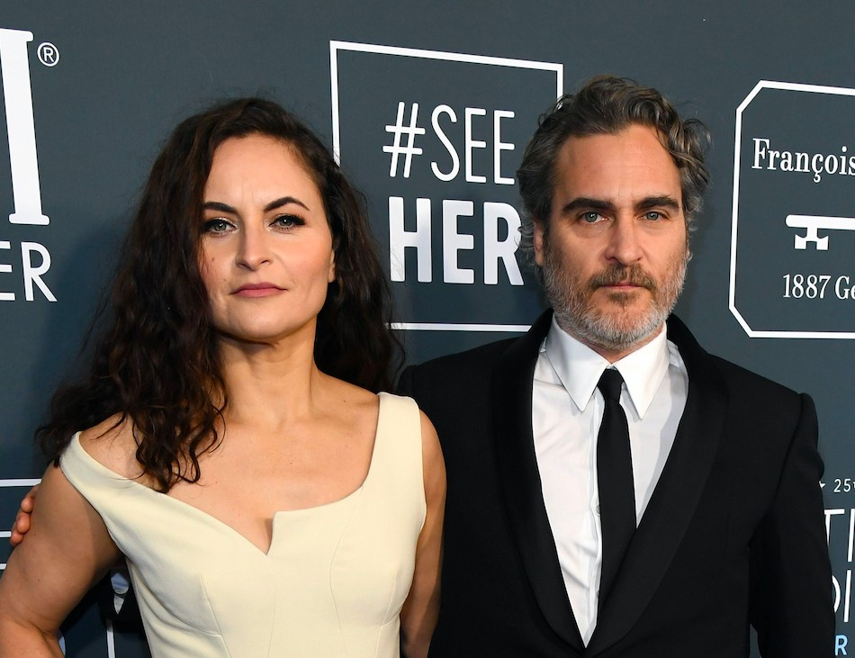 Rain Phoenix na companhia do irmão, o ator Joaquin Phoenix, no red carpet do Critics' Choice Awards 2020 (Foto: Getty Images)