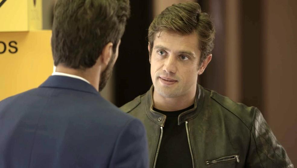 Renzo (Rafael Cardoso) conversa com Rafael (Bruno Ferrari) segundos antes da chegada de Alexia (Deborah Secco) - 'Salve-se Quem Puder' — Foto: Globo