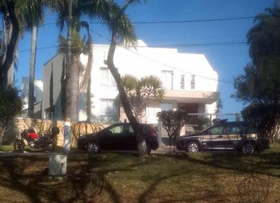 Polícia Civil posicionada em frente à casa do prefeito de Contagem, Alex de Freitas; segundo a investigação, ela foi comprada pelo secretário por R$ 3 milhões — Foto: Reprodução