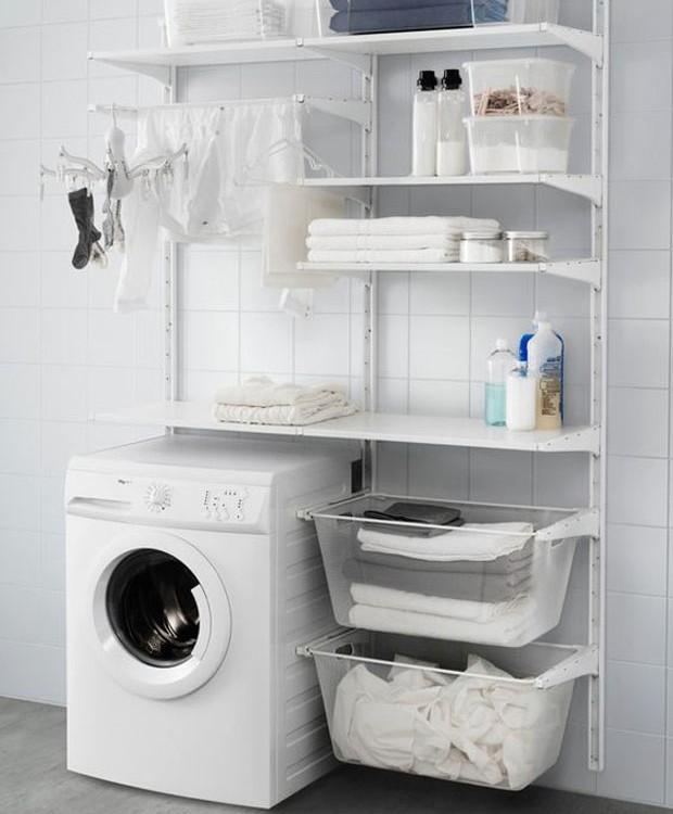 Lavanderia: Mão francesa comporta cestos de plástico para auxiliar na separação de roupa suja e lavada (Foto: Pinterest/Reprodução)