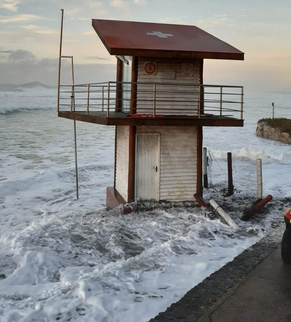 Ressaca faz com que mar continue a avançar em praias de Cabo