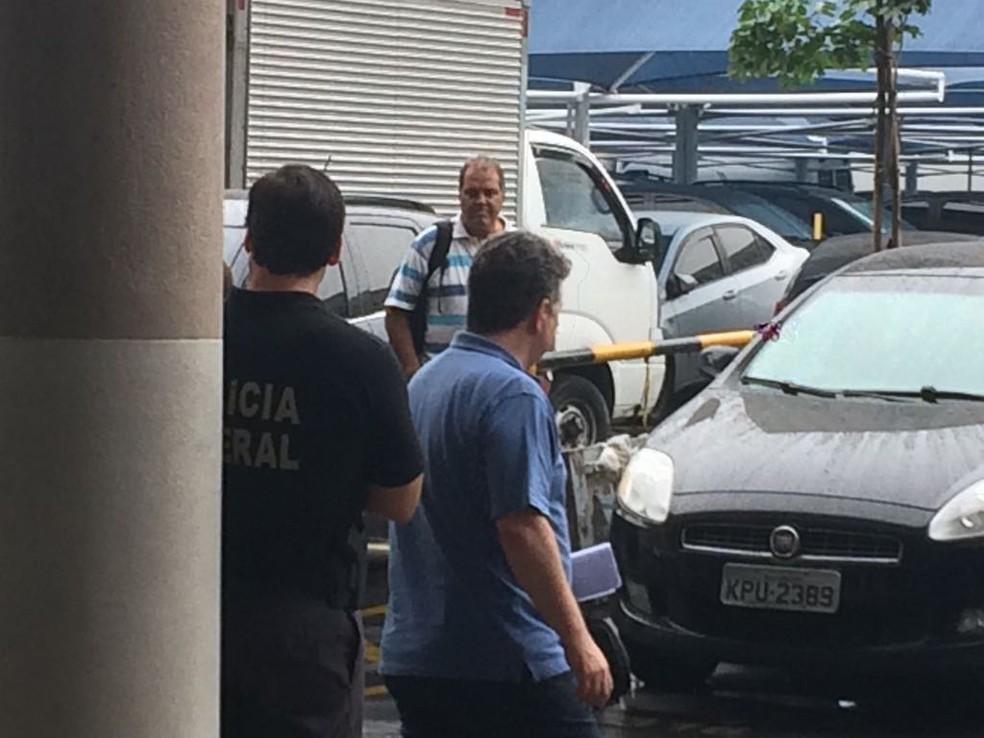 Anthony Garotinho dentro da sede da Polícia Federal, na Zona Portuária do Rio (Foto: Gabriel Barreira/ G1)
