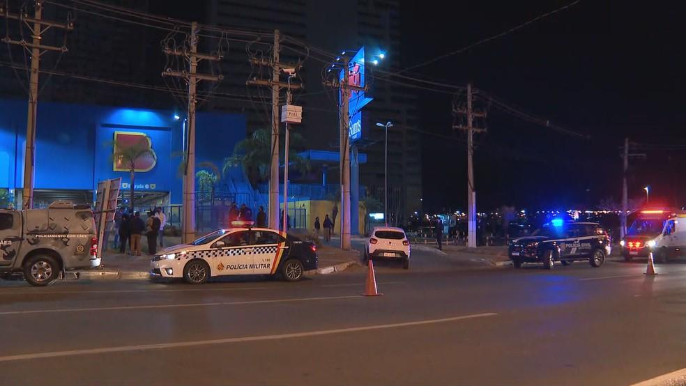 Polícia Militar e Polícia Civil acompanham tentativa de assalto a supermercado em Águas Claras, no DF  — Foto: TV Globo/Reprodução