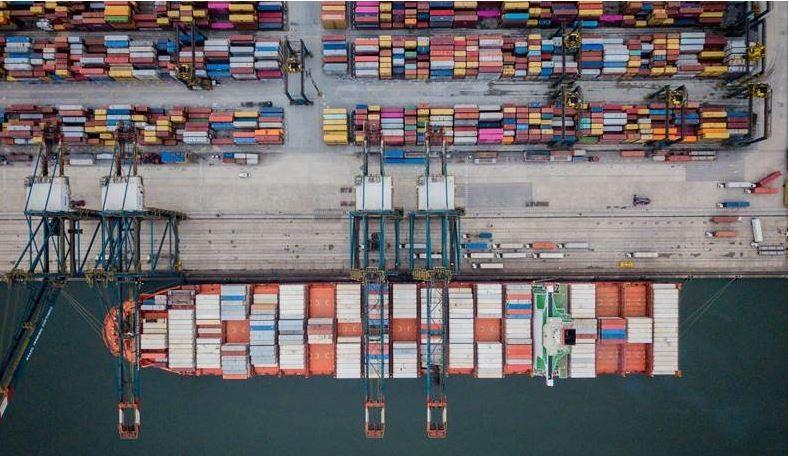 Por que há escassez de produtos no Brasil e no mundo