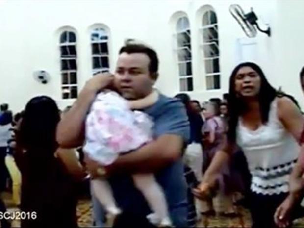 Imagens da transmissão da missa em Almino Afonso mostram a correria e o pânico causados pelos disparos (Foto: Igreja Sagrado Coração de Jesus de Almino Afonso )