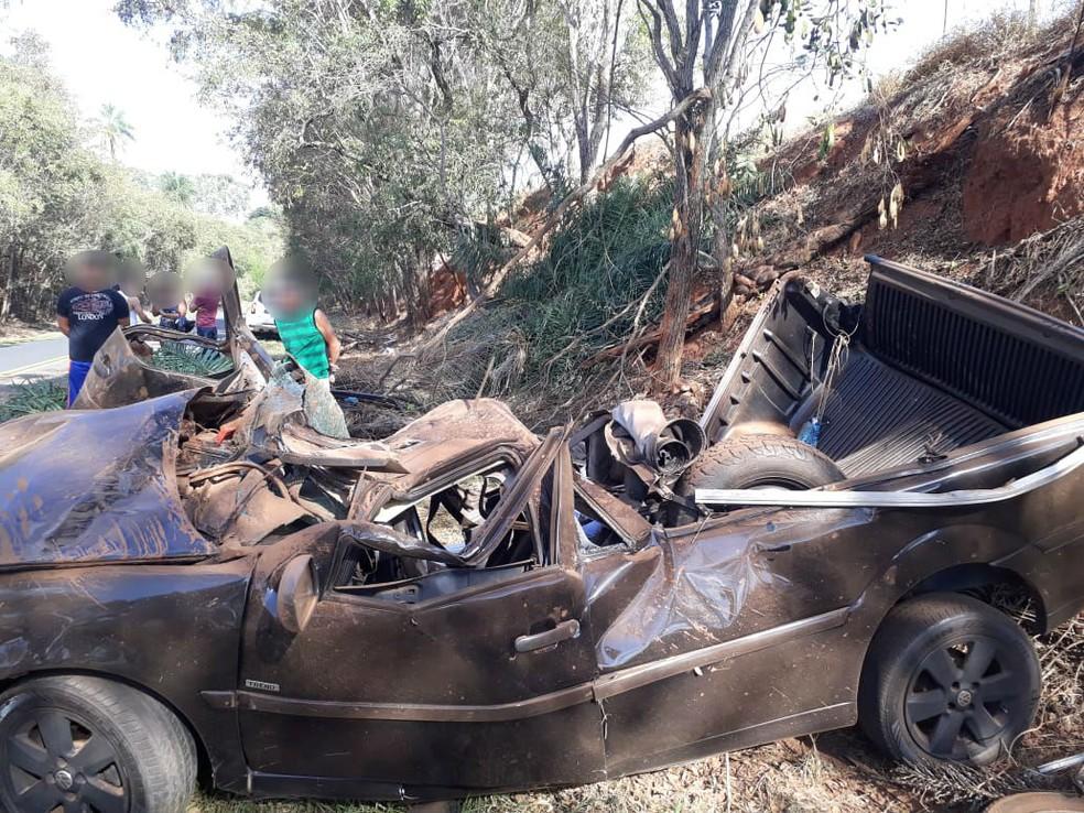 Carro capotou e parou em um barranco de estrada vicinal em Marília (Foto: Polícia Militar/Divulgação)