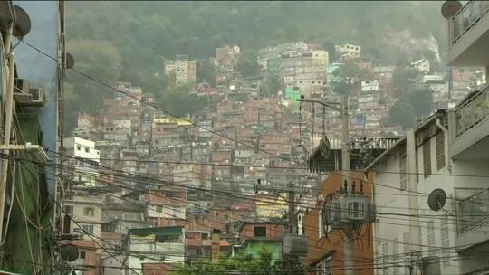 Em dia menos tenso, PM prende um homem e apreende armas e drogas na Rocinha