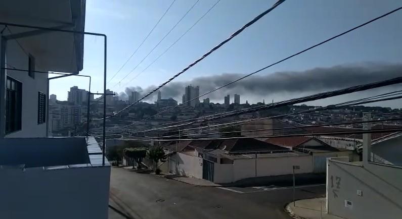 Incêndio atinge fábrica de solados em Franca, SP; área queimada pode chegar a 2 mil metros quadrados