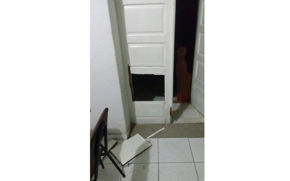 Porta ficou parcialmente destruída com arrombamento (Foto: Notícias de Santa Luz)