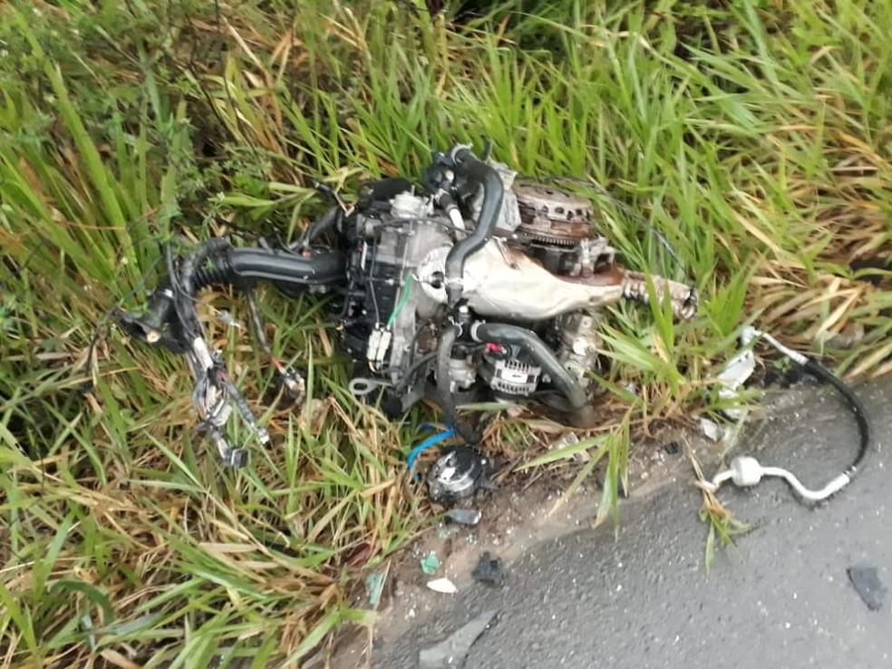 Com o impacto da colisão, o motor de um dos carros foi arrancado — Foto: Thainá Lôbo/Site do Voz da Bahia