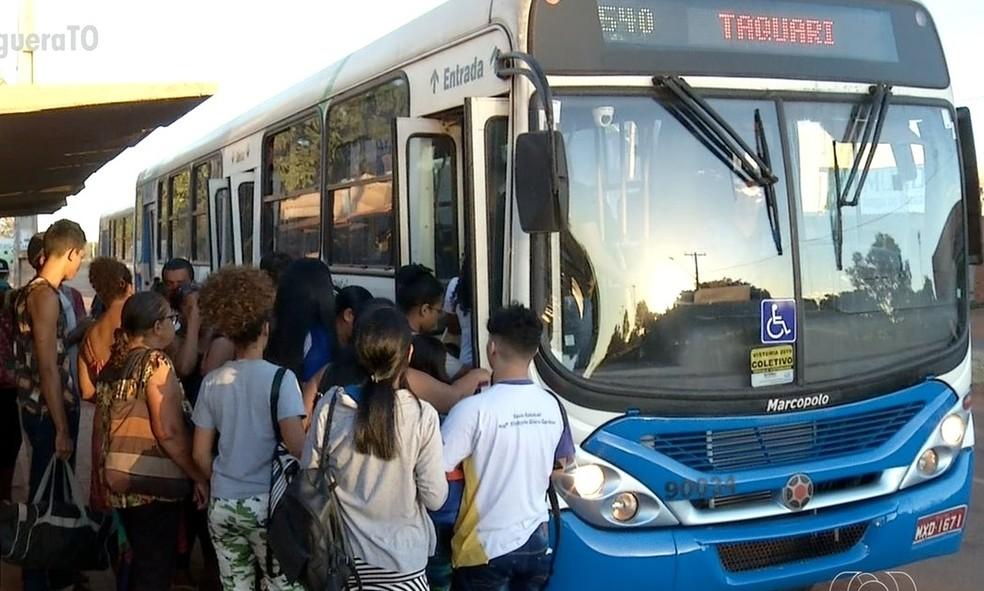 Passageiros reclamam das condições dos transportes coletivos em Palmas — Foto: Reprodução/TV Anhnaguera