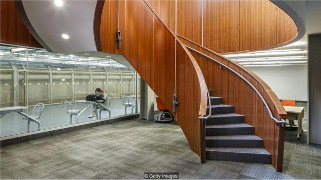 A biblioteca MacOdrum na Universidade de Carleton, Ottawa. Os estudantes costumam usar túneis subterrâneos para percorrer o campus, mesmo em dias mais quentes (Foto: Getty Images via BBC News Brasil)
