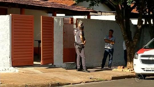 Criança escapa e chama a polícia após pai matar família a facadas e cometer suicídio