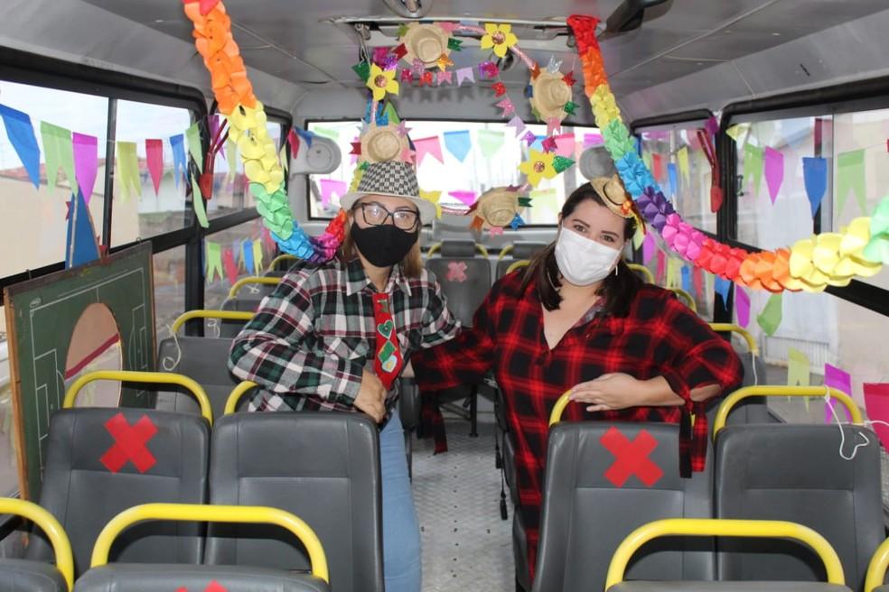 Ônibus escolar foi decorado pela Associação de Mulheres da Creche Irmã Ceci para levar a festa junina para as crianças da zona rural de Botucatu (SP) — Foto: Arquivo pessoal