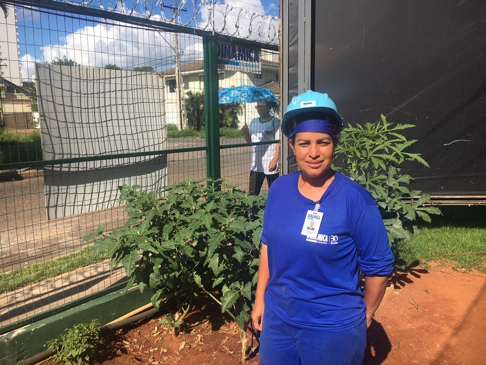 Márcia Rodrigues Vargas é servente e ajuda a cuidar da horta, em Goiânia, Goiás — Foto: Lis Lopes/G1 GO