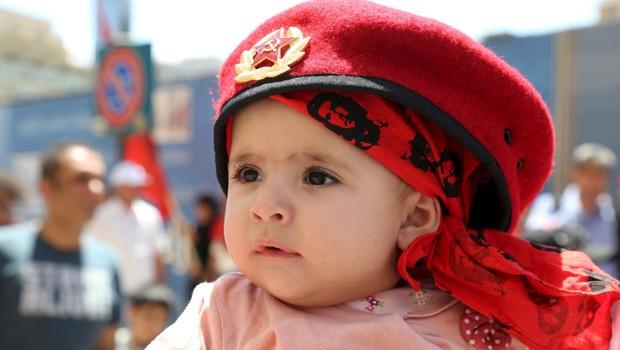 Criança participa de marcha organizada pelo partido comunista libanês no Dia do Trabalho (Foto: Aziz Taher/Reuters)