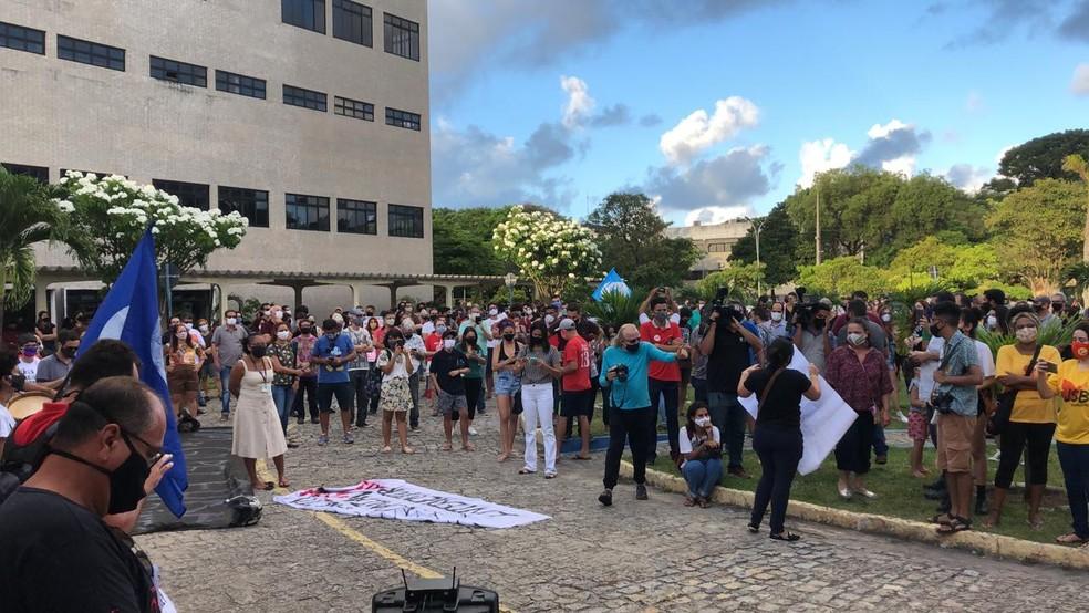 Alunos se reúnem em frente a reitoria da UFPB em protesto contra nomeação de novo reitor — Foto: Raniery Soares/CBN João Pessoa