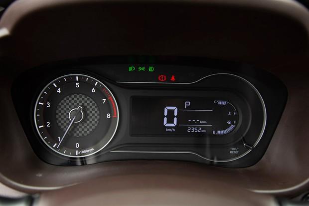 Quadro de instrumentos tem conta-giros analógico e visor digital para o velocímetro (Foto: Fabio Aro/Autoesporte)