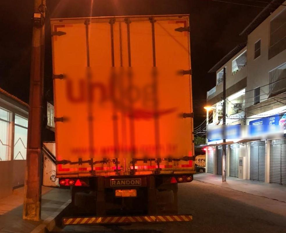 Homem que dormia embaixo de caminhão foi atropelado em Aracaju — Foto: Divulgação/CPTRan