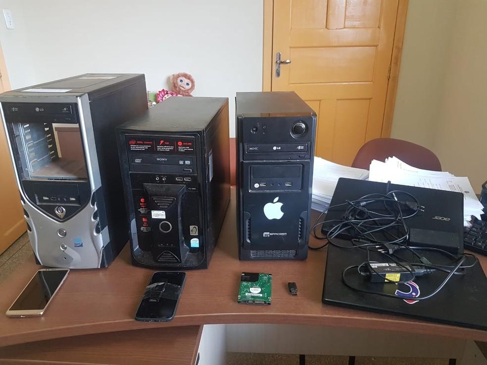 Computadores, notebooks, HDs e celulares foram apreendidos nas casas dos criminosos — Foto: Divulgação/Polícia Civil