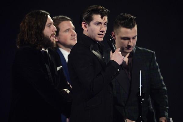 O músico Alex Turner com seus amigos de Arctic Monkeys (Foto: Getty Images)