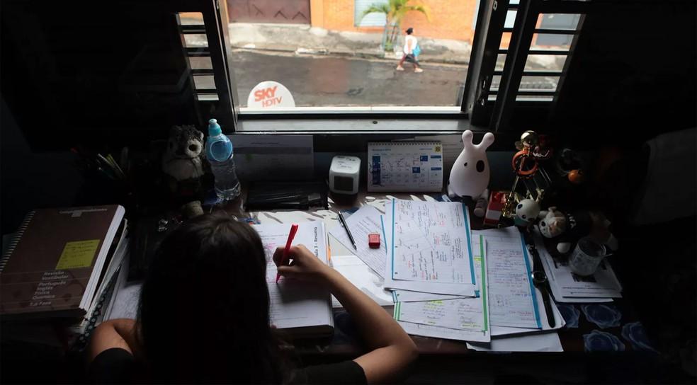 Ter um espaço só dedicado ao estudo, mesmo que seja um canto do próprio quarto, é fundamental para se concentrar melhor, dizem especialistas (Foto: Caio Kenji/G1)