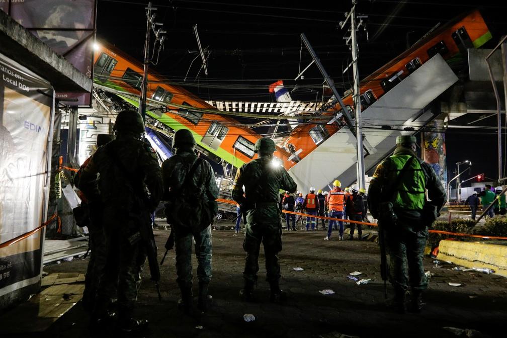 Equipes de resgate trabalham no local onde um viaduto do metrô desabou com vagões com passageiros dentro na Cidade do México em 3 de maio de 2021 — Foto: Luis Cortes/Reuters