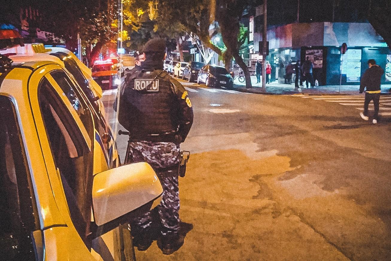 Equipes de fiscalização de Porto Alegre dispersam aglomeração na Cidade Baixa