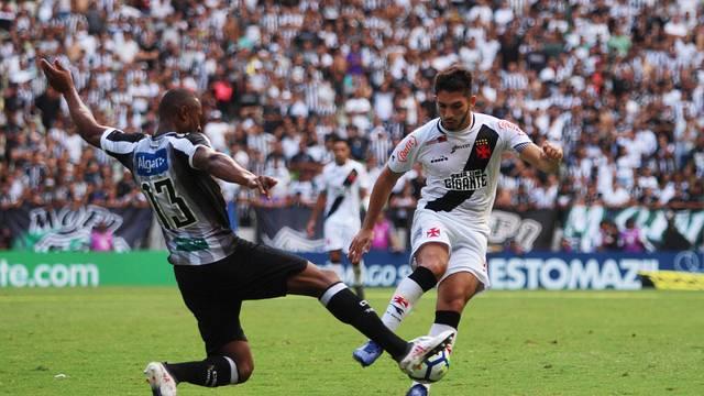 Andrey, do Vasco, com a bola no duelo com o Ceará