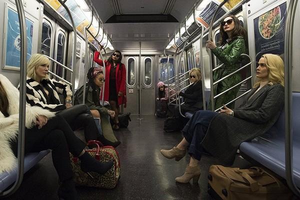A atriz Sandra Bullock com suas colegas de elenco de Oito Mulheres e Um Segredo (Foto: Divulgação)