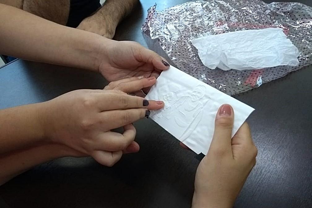 Carla sentiu a foto dela com a filha em imagem 3D entregue em ONG de Piracicaba — Foto: Mateus de Souza Rocha/Arquivo pessoal