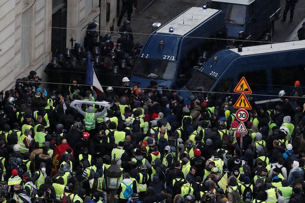 Manifestantes na região da Champs Elysees, sob forte cerco da polícia, em Paris — Foto: Benoit Tessier/Reuters