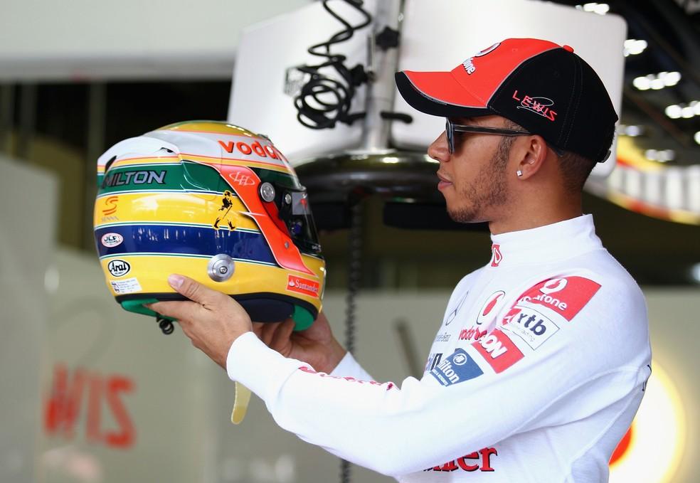 Lewis Hamilton com capacete em homeangem a Ayrton Senna no GP do Brasil de 2011 — Foto: Getty Images