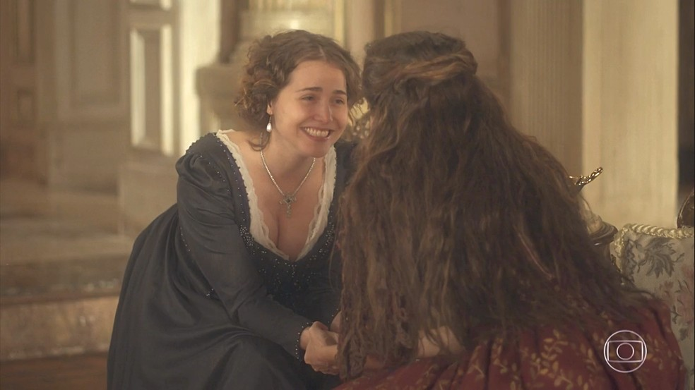 Leopoldina (Letícia Colin) se diverte com a proposta de Elvira (Ingrid Guimarães), de ser representada no palco, em 'Novo Mundo' — Foto: TV Globo
