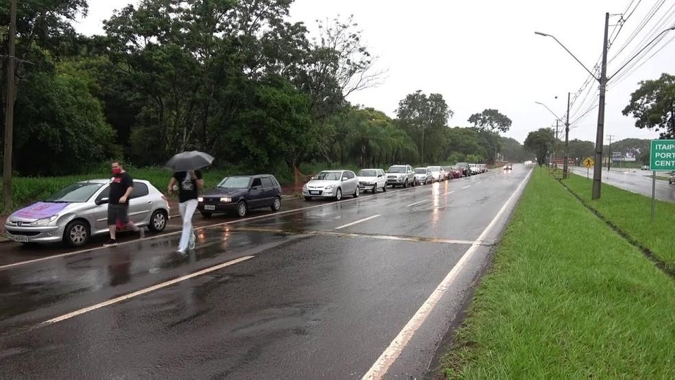 Manifestantes fazem carreata a favor da vacina e contra Bolsonaro, em Foz do Iguaçu  — Foto: Marcos Landim/RPC