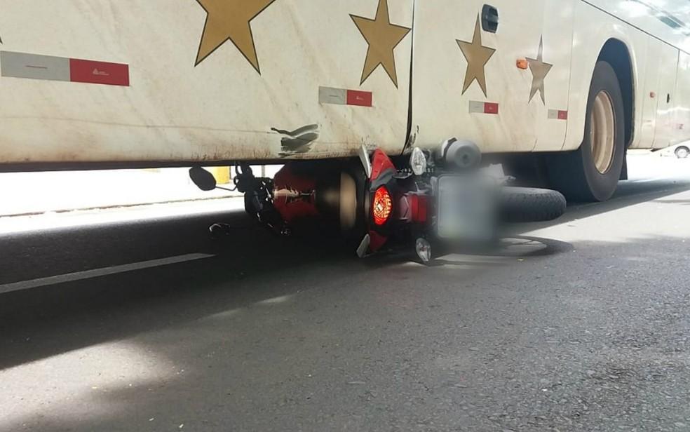 Moto foi arrastada pelo ônibus após colisão em Ribeirão Preto — Foto: Felipe Melo/CBN Ribeirão