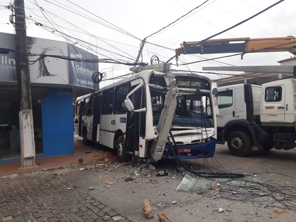Ônibus colidiu em poste após motorista passar mal, em Natal — Foto: Marksuel Figueredo/Inter TV Cabugi