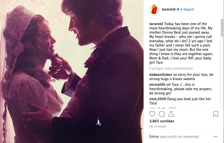 O post no qual a atriz Tara Reid revelou a morte de sua mãe, junto com uma foto antiga do casamento de seus pais (Foto: Instagram)