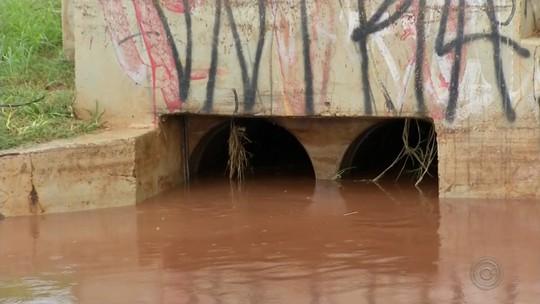 Chuva deixa ruas alagadas em Lençóis Paulista