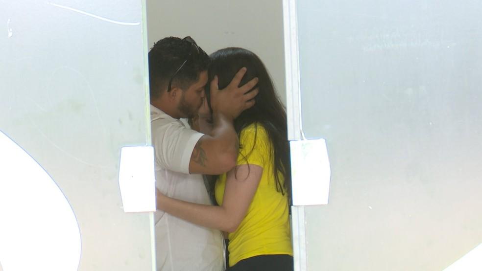 Vânia e marido se beijam após trocarem alianças no início do ano — Foto: Rede Amazônica/Reprodução