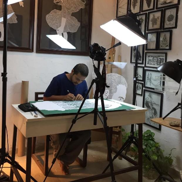 O indiano Parth Kothekar produzindo suas obras. (Foto: Instagram/parthkothekar)
