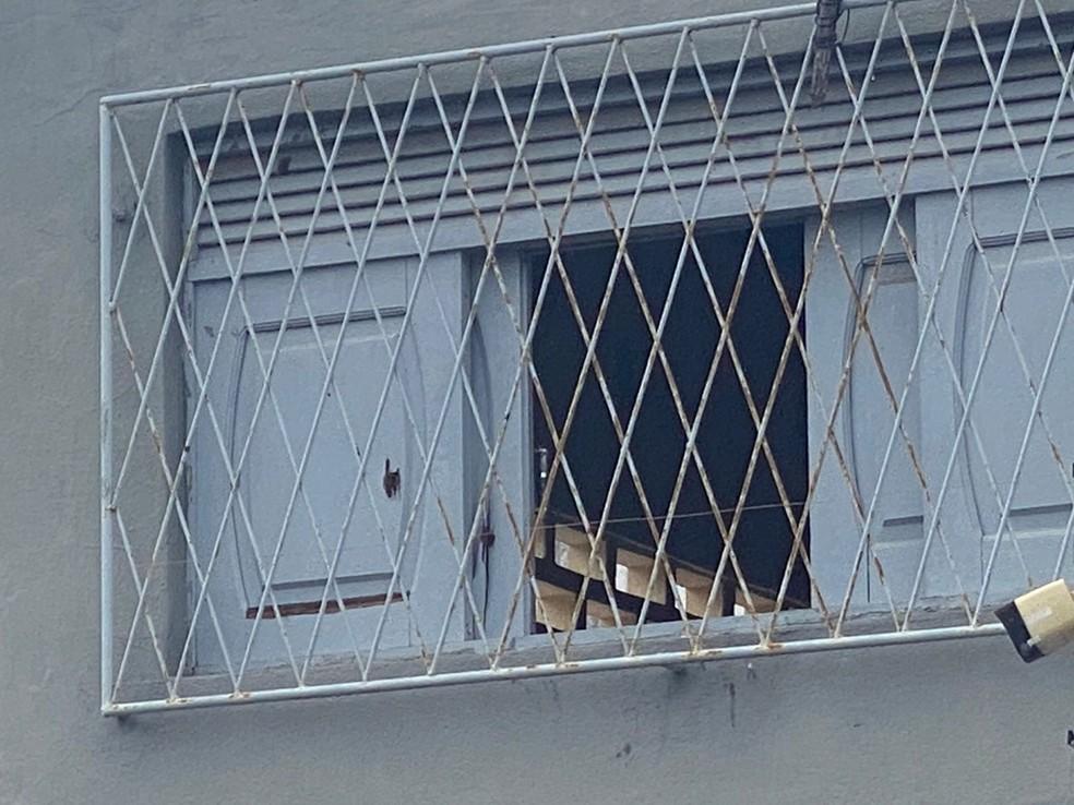 Marca de tiro em uma das janelas do imóvel onde o confronto aconteceu, em Natal. — Foto: Kleber Teixeira/Inter TV Cabugi